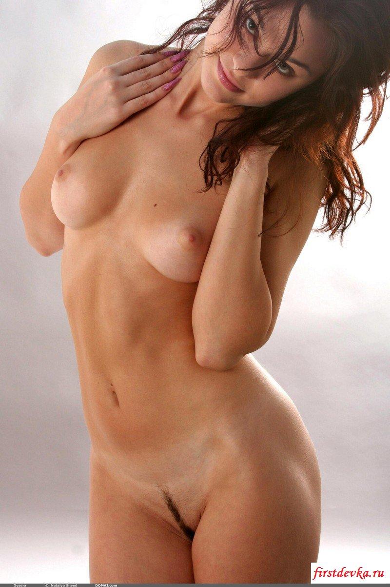 Роскошная совсем голая брюнеточка