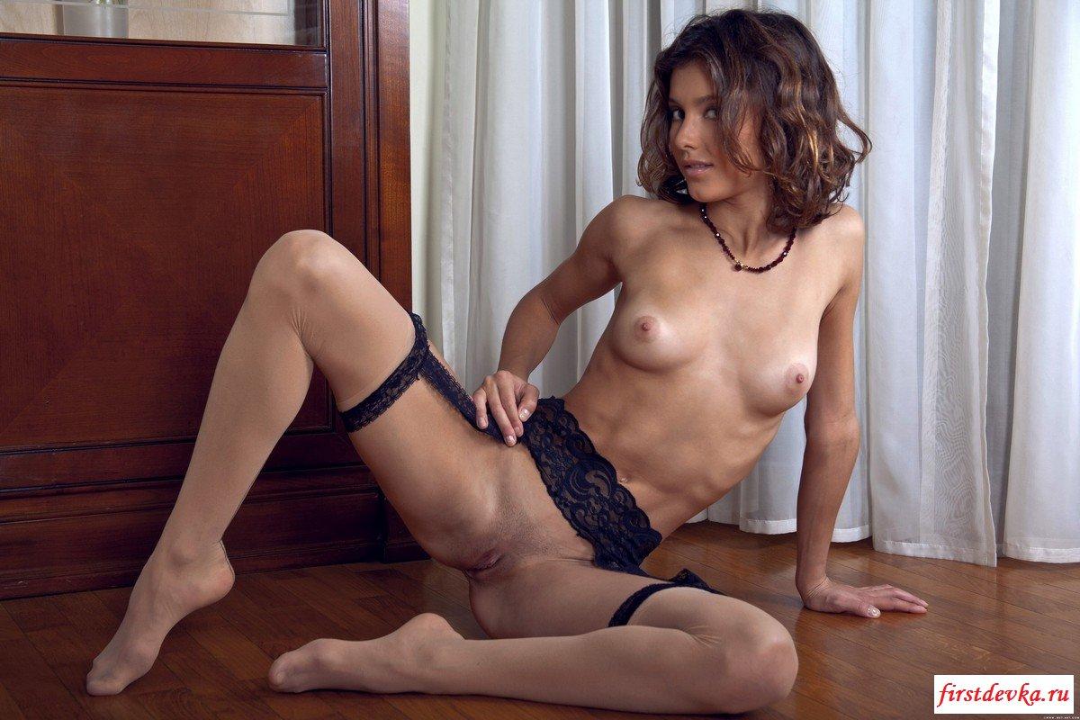 Эротическая фотосессия сексуальной брюнетки.