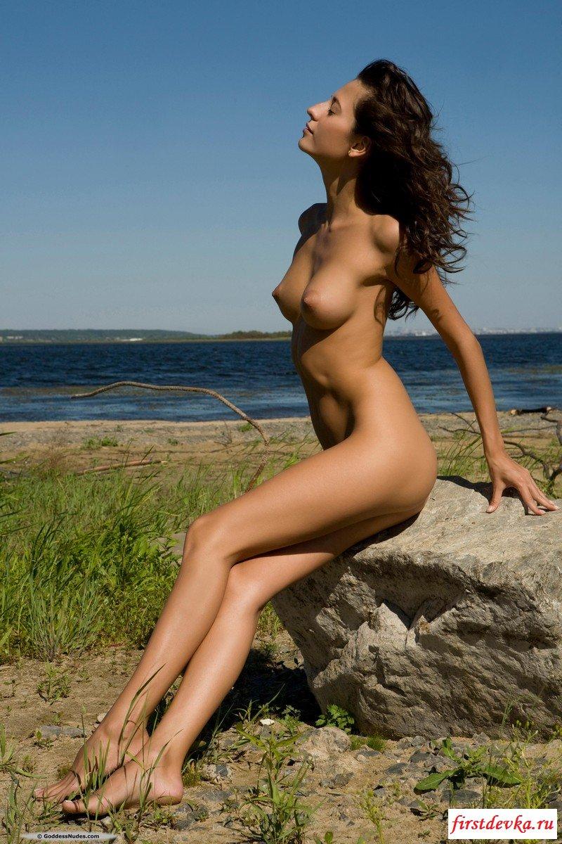 Роковая брюнеточка на песке. секс фото