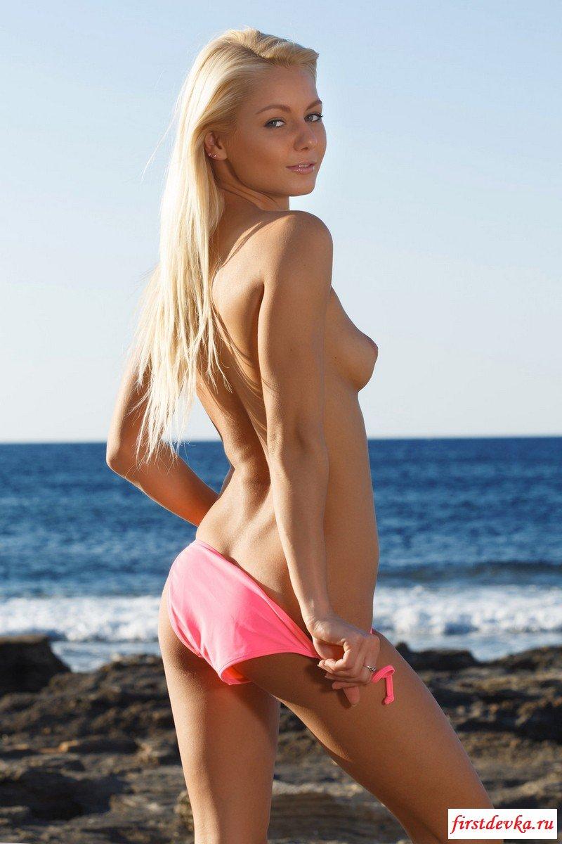 Чудесная блондинка на пляже.