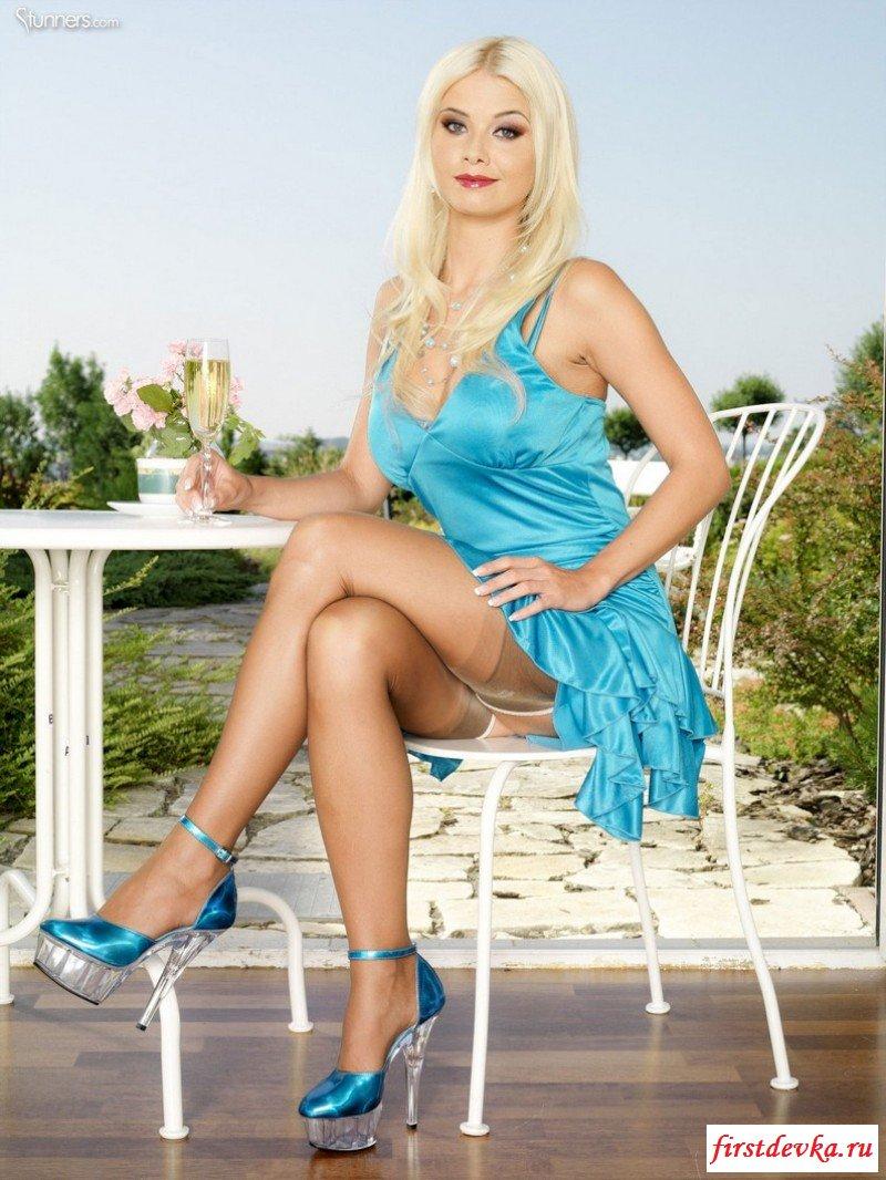 Гламурная блондинка снимает с себя всю одежду секс картинки