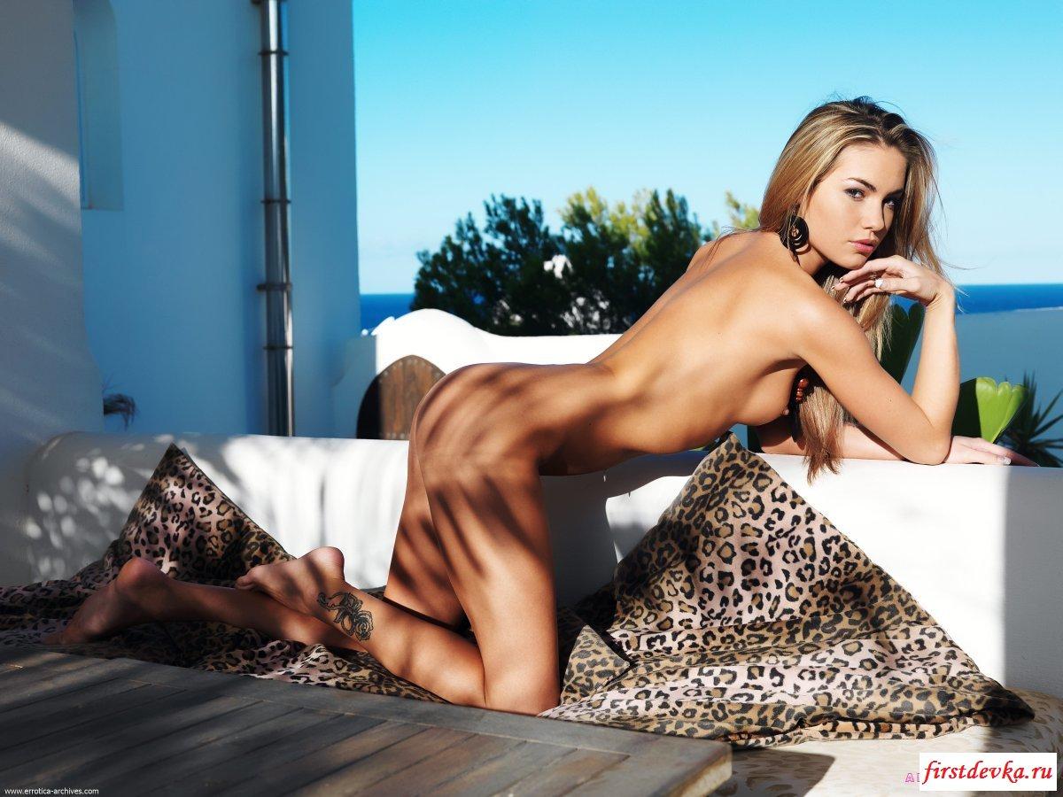 Обнаженная няшка хочет укрыться в тени порно фото секс фото