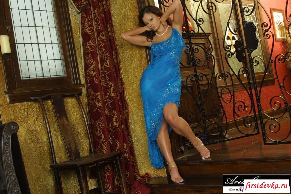 Девка снимает платье под которым нет белья коллекция картинок для взрослых