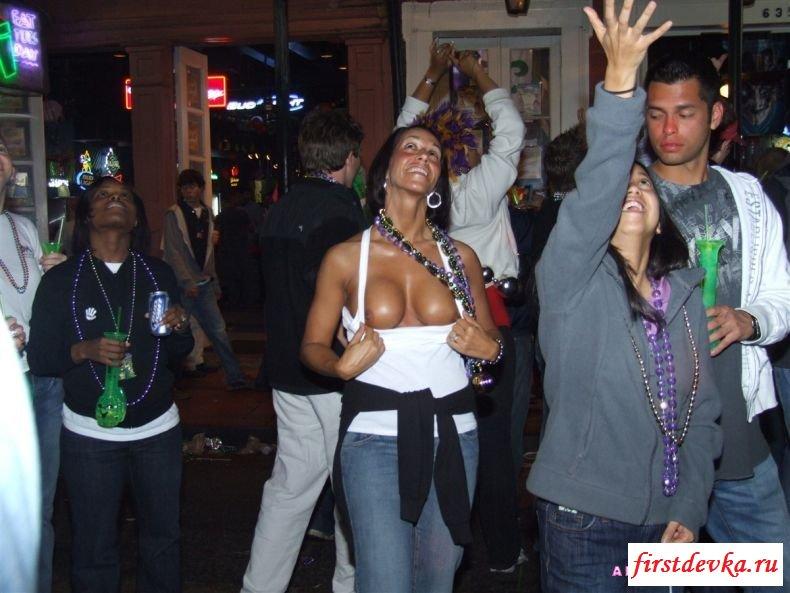 Обычные барышни оголяют грудь во время праздника (24 фотки)