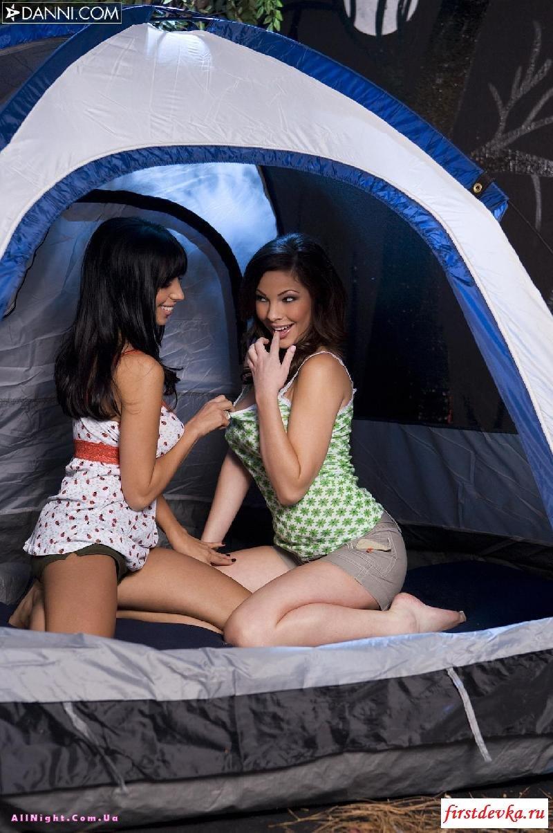 Сексуальные туристки развлекаются в палатке секс картинки