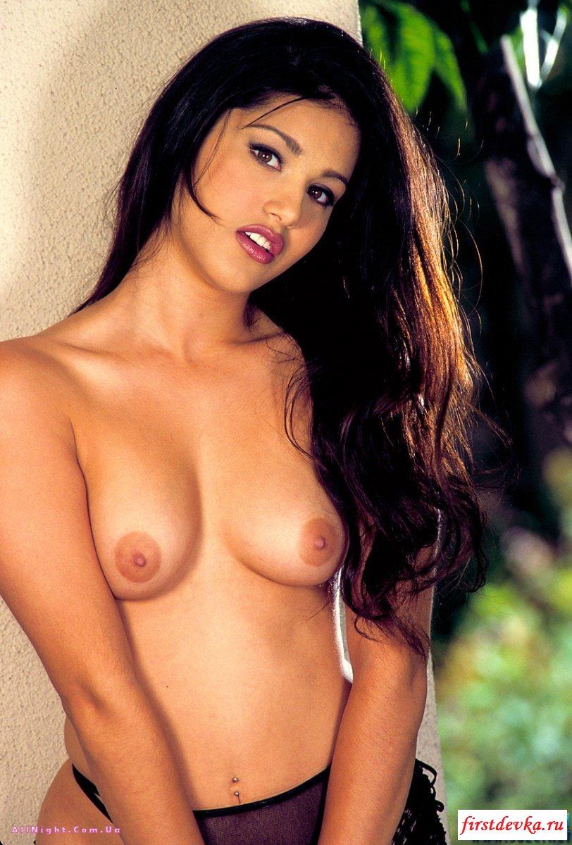 Смуглая возбужденная красавица светит сиськи галерея порно секс фото