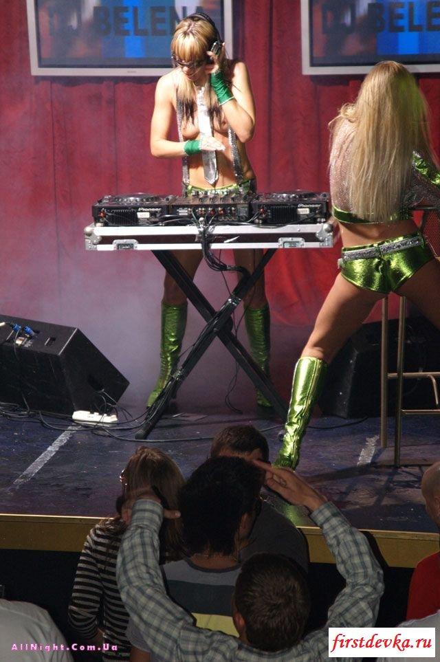 Голые девушки Dj за вертушками секс фото