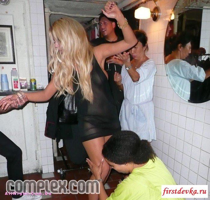 Пьяная блондинка потеряла над собой контроль секс фото
