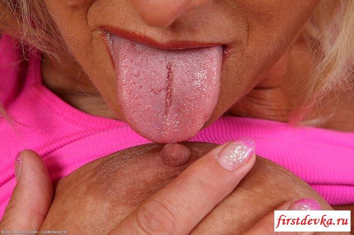 Возрастная пышногрудая сучка в коротенькой юбке (клубничка) секс фото