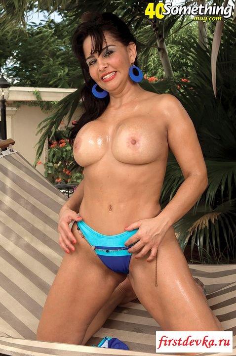 Неимоверная взрослая извращенка красуется в трусиках (порнография)