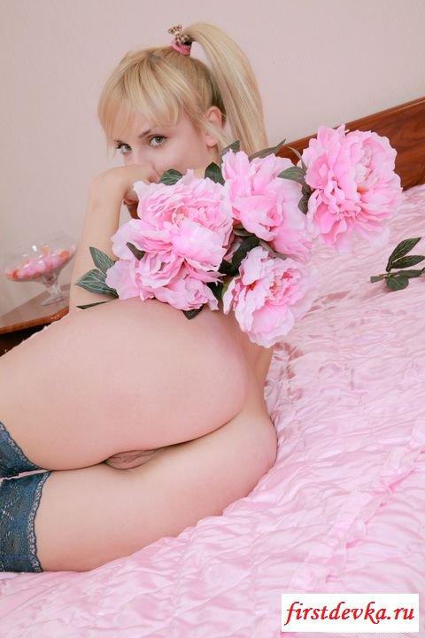 Обнаженная блондинка молодого возраста в чулочках