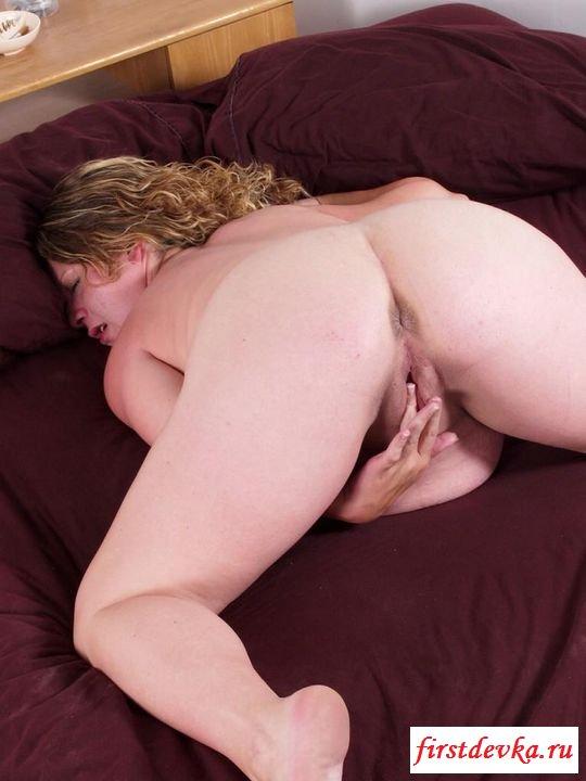 Беременная классно онанирует в спальне (эротика) секс фото
