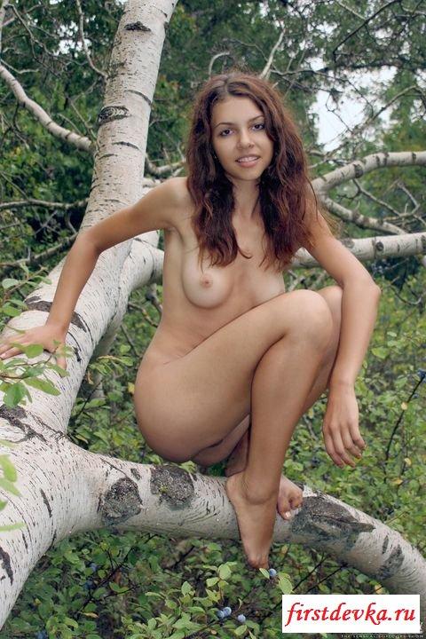 Раздетая девушка гуляет на природе