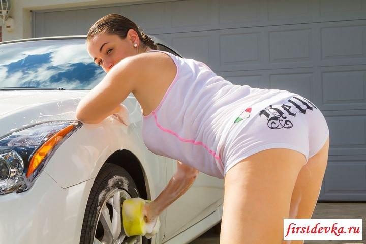 Похотливая студентка моет свой автомобиль (порнография)