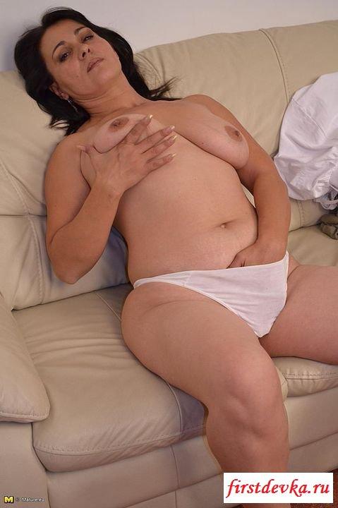 Зрелая сексуально симулирует свой клитор (эротика)