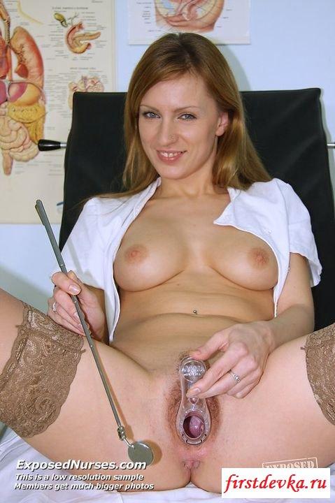 Обнаженная медсестра у себя на работе