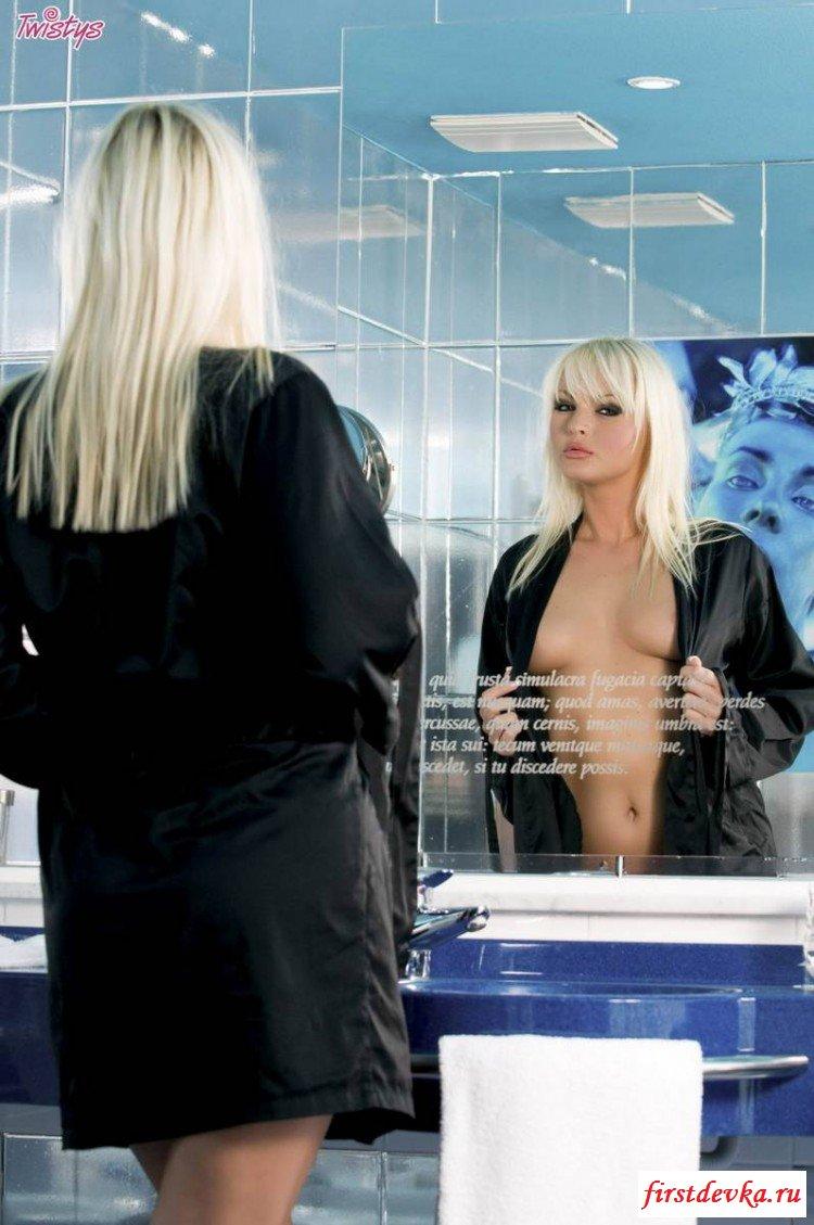 Огненная блондинка в душевой комнате