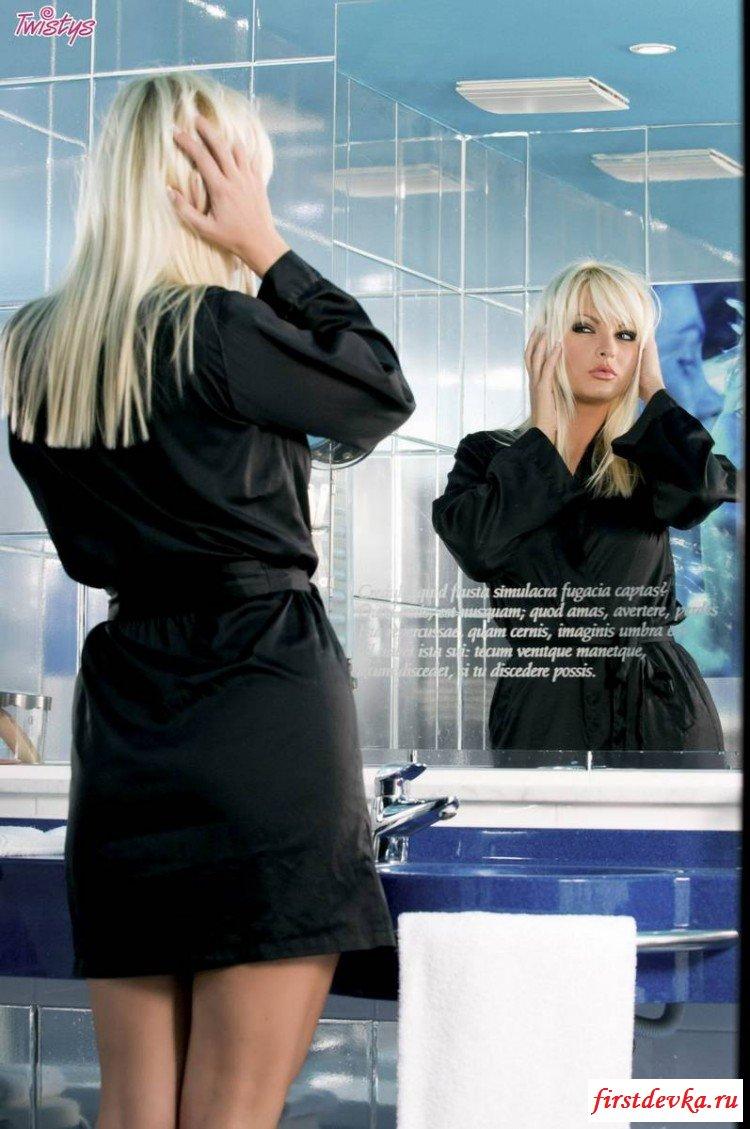 Сладенькая блондиночка в ванной комнате