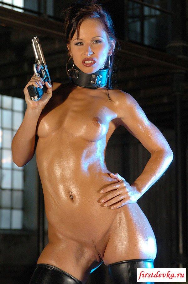 Брюнетка в латексе с пистолетом