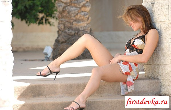 Стройные стриженные ножки у девки