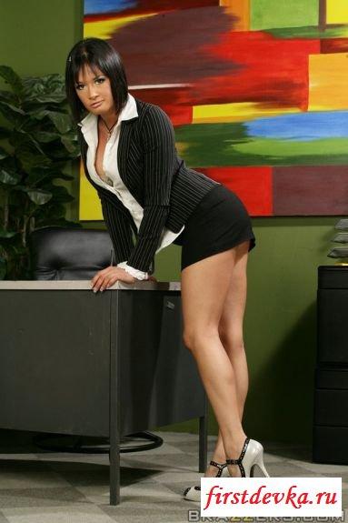 Секретарша с громадными дойками секс фото