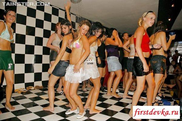 Соблазнительные актрисы и парни на вечеринке секс фото