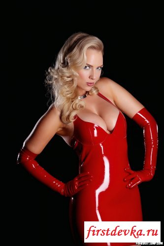Сучка в красном латексном платье