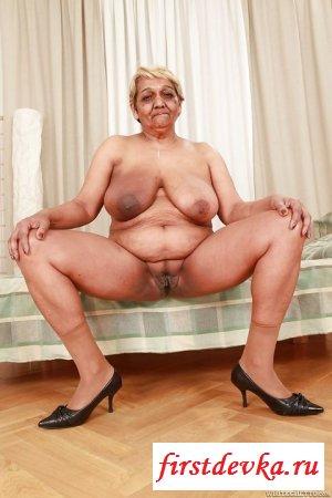 Бабушка растопыривает своё влагалище