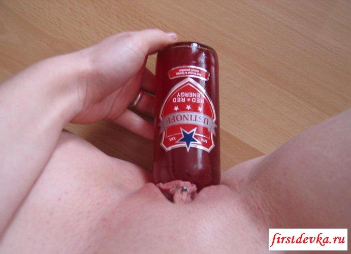 Светловолосая телка засовывает в вагину пивную бутылку
