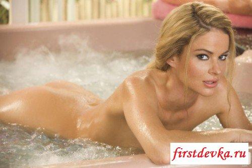 Сексапильная красавица принимает ванную