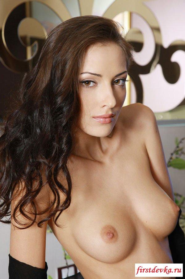 Красивая девушка показывает сиськи