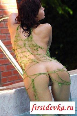 Темненькая девушка голая в своём бассейне секс фото