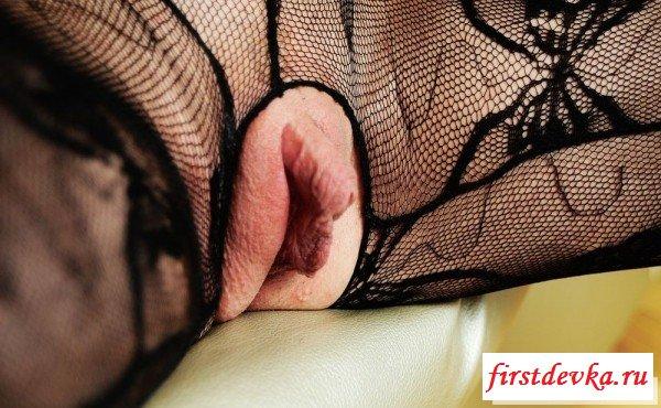 Путана выставляет на всеобщее обозрение свой клитор секс фото