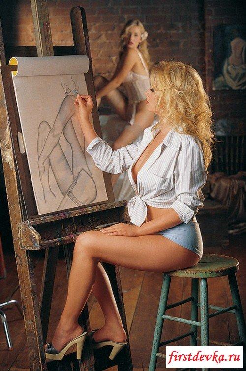 Прекрасная художница оголила своё тело