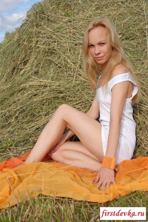 Блондинка оголяет волосатую целку на сеновале