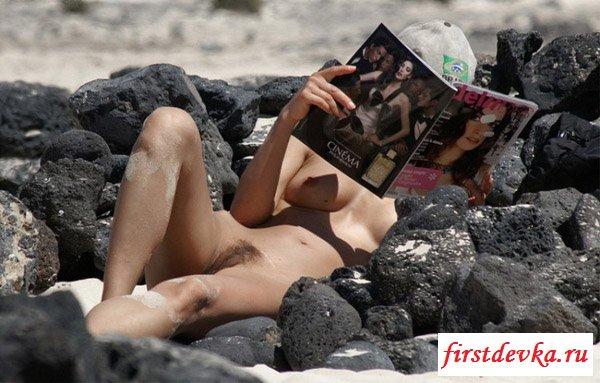 Понаблюдаем за нудистками на пляже
