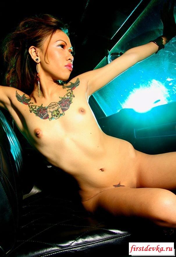 Обнажённые тела барынь с татуировками
