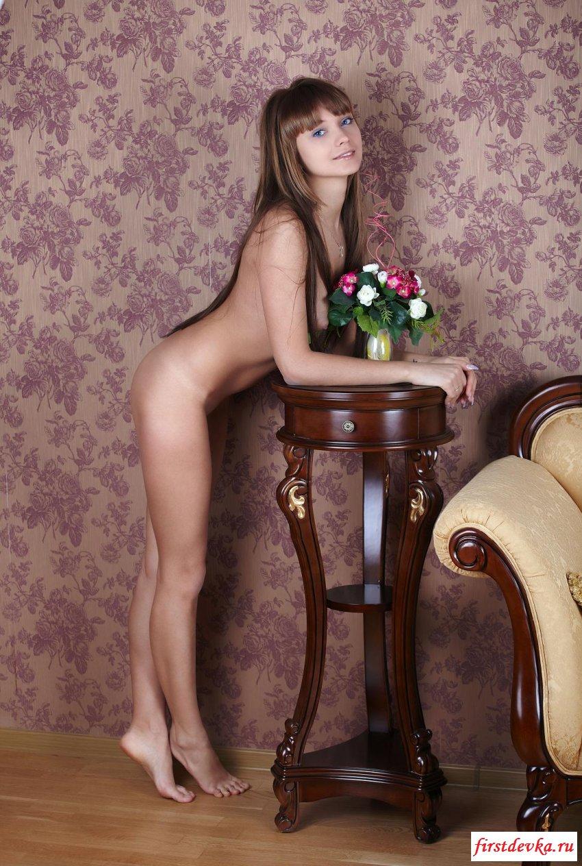 Молодая голубоглазая стройняшка оголилась секс фото