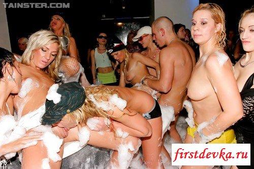 Обнажённые сучки развлекаются на порно вечеринке