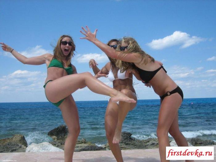 Пляжные фото с красивыми раздетыми тёлочками