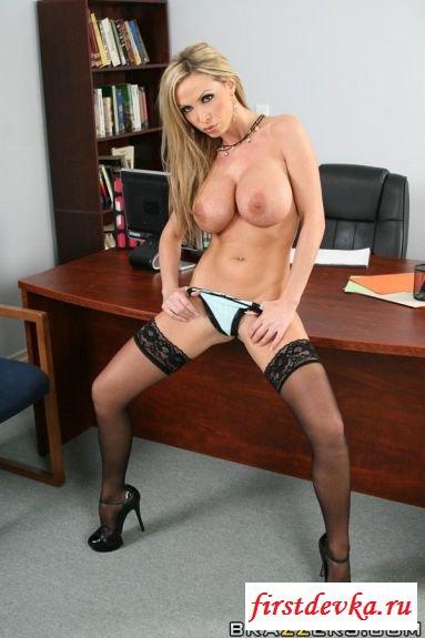 Привлекательная секретарша чудесно разделась в кабинете