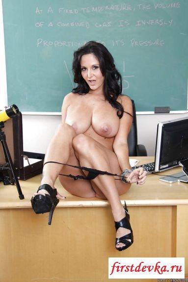 Перевозбуждённая преподавательница сняла лифчик в классе