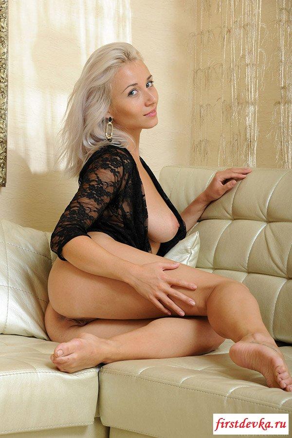 Страстная эротика блондинки с раздвинутыми ножками