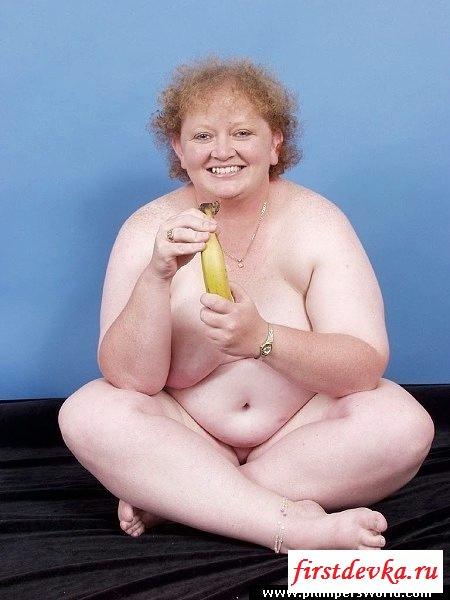 Голая бабуля покормила киску бананом