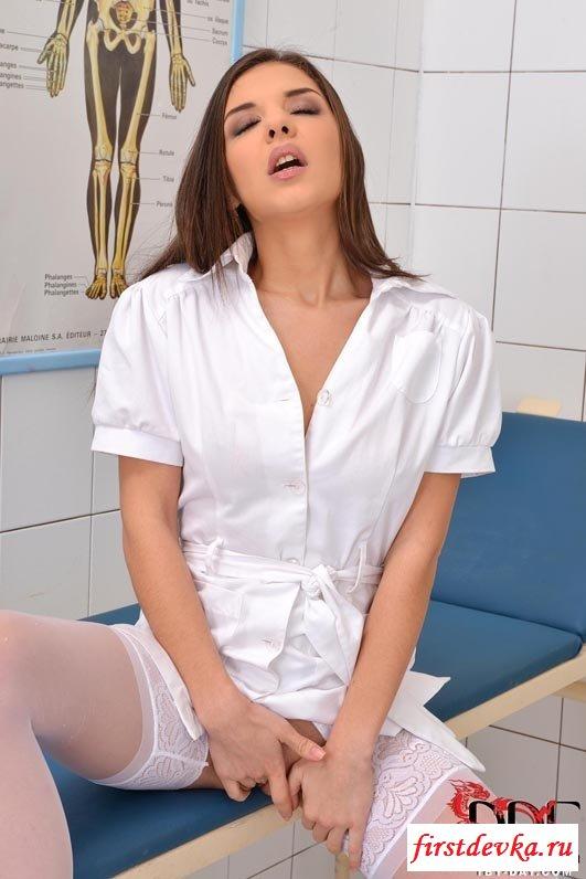Медсестра взялась за письку