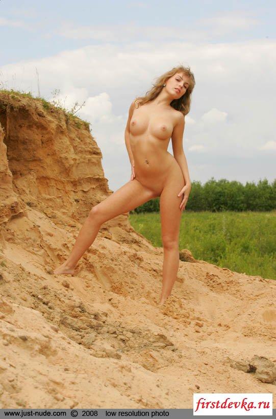 У энергичной селянки ножки секси и бедра