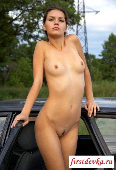 Раздетая малышка у машины