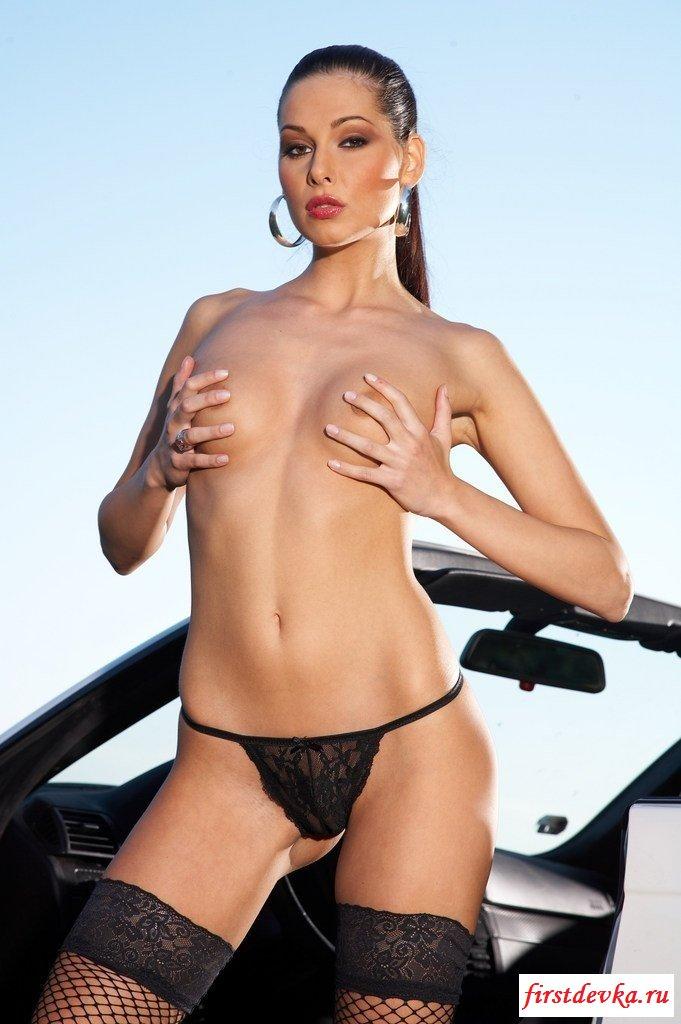 Шлюха в одних бикини около машине