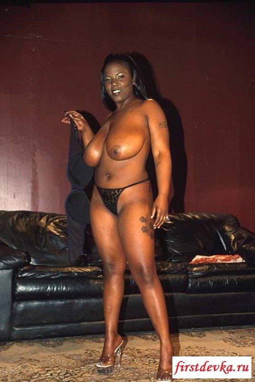 Черная мэм с приличными грудями