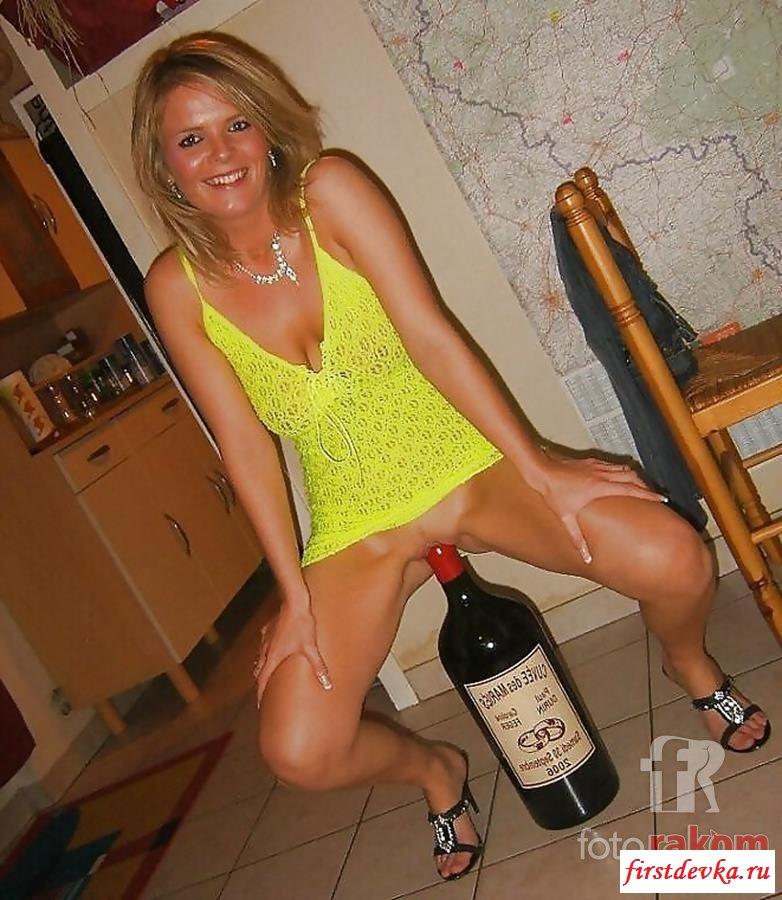 Девки суют бутылки в вульву